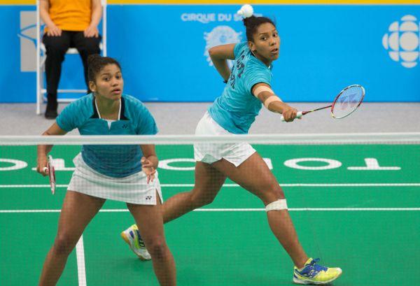 As irmãs Luana e Lohaynny Vicente em ação na final de duplas do badminton em Toronto. Crédito: Jonne Roriz/COB
